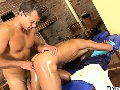 Massage front room muscled gay customer gets a dig up and asshole massaged